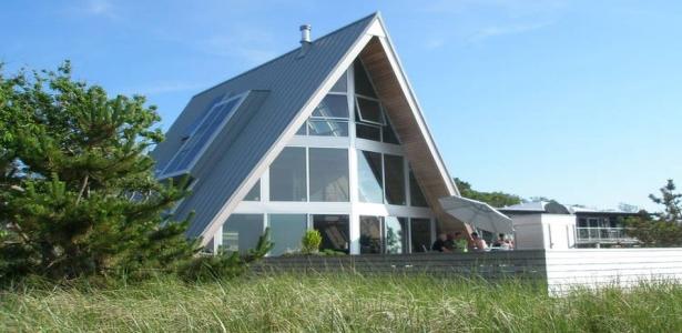 maison bois contemporaine c ti re et son architecture triangulaire aux usa construire tendance. Black Bedroom Furniture Sets. Home Design Ideas