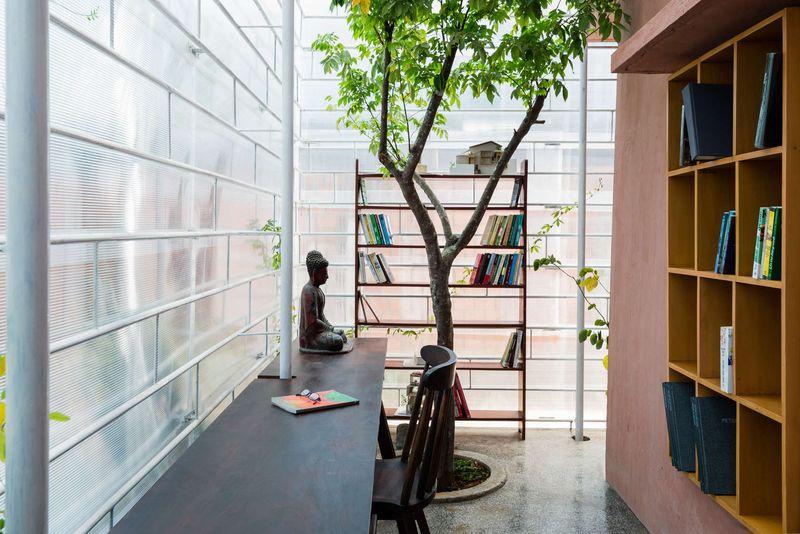 bibliothèque & bureau - FA-house par Atelier Tho-A - Da Lat, Vietnam
