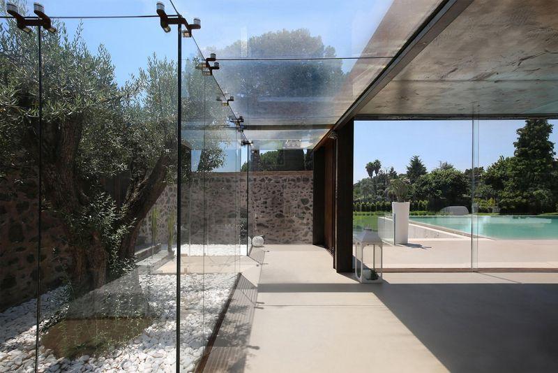 grande baie vitrée & vue piscine - Sicillian-Farm-Renovation par ACA Amore Campione Architettura - Sicile, Italie