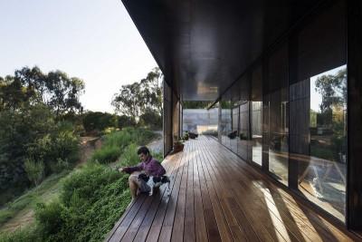 longue terrasse bois & vue paysage - Sawmill-House par Archier - Yackandandah, Australie