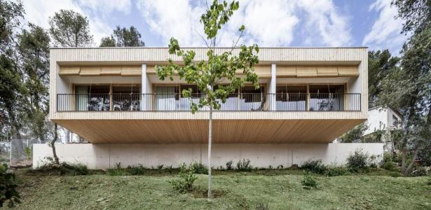 maison bois co construction pousant la nature en espagne construire tendance. Black Bedroom Furniture Sets. Home Design Ideas