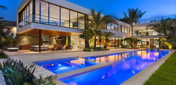 magnifique villa contemporaine parsem e de palmiers au bord de l oc an miami construire tendance. Black Bedroom Furniture Sets. Home Design Ideas