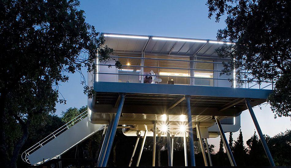 Maison futuriste surélevée inspirée de la science-fiction en Espagne ...