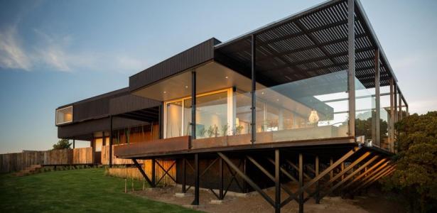 Maison contemporaine sur pilotis bordant l oc an pacifique for Prix d une terrasse en bois sur pilotis
