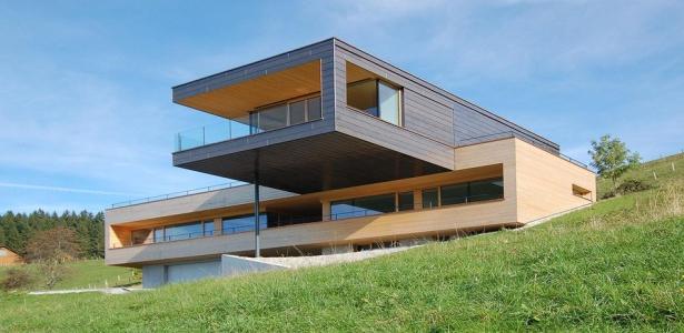 Superbe maison en bois contemporaine avec porte faux en for Constructeur de maison en bois suisse