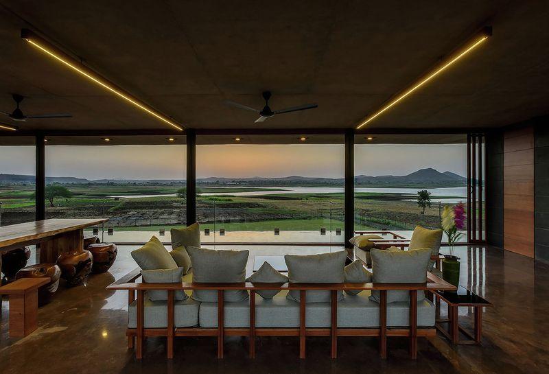 salon-séjour & large baie vitrée ouverte - Panorama House par Ajay Sonar - Maharashtra, Inde
