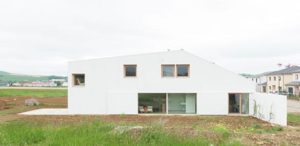 Maison contemporaine atypique et sa toiture en tuiles for Extension maison tuile