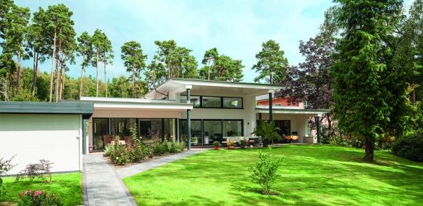 maison contemporaine lumineuse et basse consommation en allemagne construire tendance. Black Bedroom Furniture Sets. Home Design Ideas