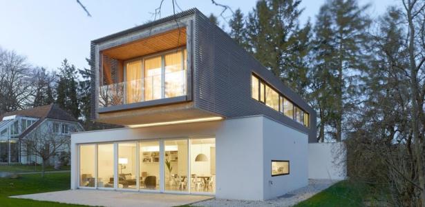Maison contemporaine en forme de h avec porte faux en for Maison container suisse