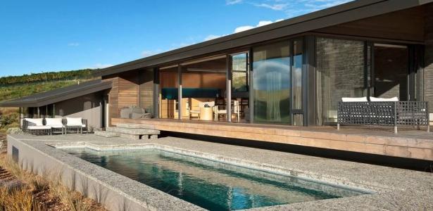 Maison bois et pierres avec une jolie petite piscine en nouvelle z lande co - Maison bois avec piscine ...