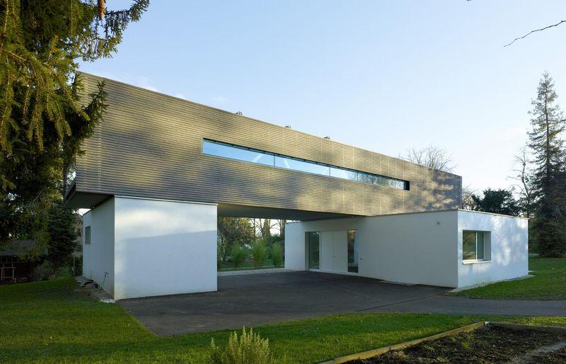 Maison contemporaine en forme de h avec porte faux en - Maison campagne suisse fovea architects ...