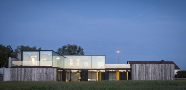 maison bois contemporaine avec sa grande fa ade vitr e en belgique construire tendance. Black Bedroom Furniture Sets. Home Design Ideas