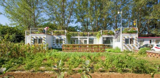 Maison containers avec jardin sur toit totalement co for Construction maison avec container