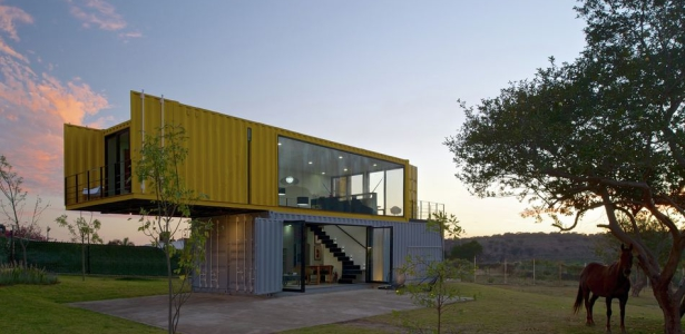 maison container en parfaite harmonie avec la nature au. Black Bedroom Furniture Sets. Home Design Ideas