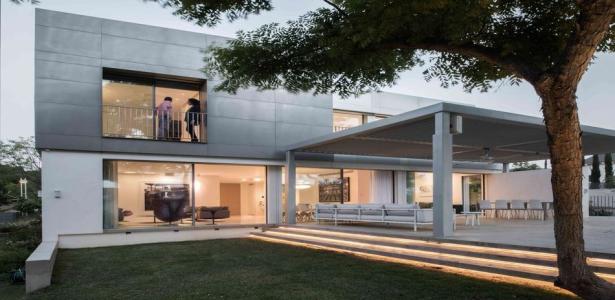 de l 39 aluminium en fa ade pour cette belle maison contemporaine isra lienne construire tendance. Black Bedroom Furniture Sets. Home Design Ideas