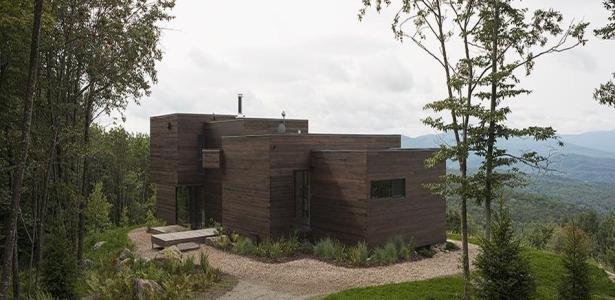 Du bois pour une maison contemporaine au c ur d une for Construire une maison quebec