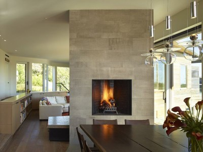 salle séjour & cheminée design - Vineyard-Farm-House par Charles Rose Architectes - Vineyard, USA