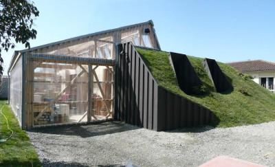 une-maison-bioclimatique-semi-enterree-container-toiture-vegetalisee
