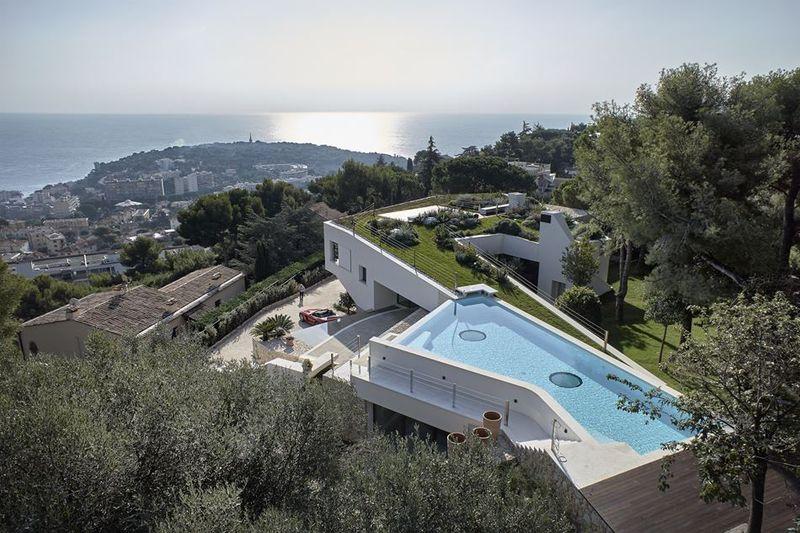 superbe villa avec piscine et v g talisation sur les toits en c te d 39 azur construire tendance. Black Bedroom Furniture Sets. Home Design Ideas