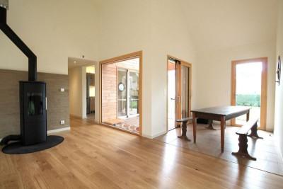 Grande pièce principale - Maison bois organique par Patrice Bideau, Atypique - Morbihan, France