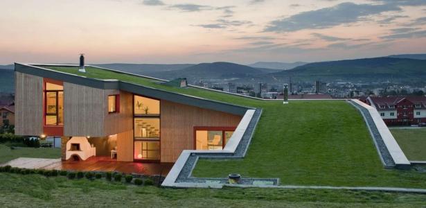 superbe int gration pour maison bois avec toiture v g talis e en roumanie construire tendance. Black Bedroom Furniture Sets. Home Design Ideas
