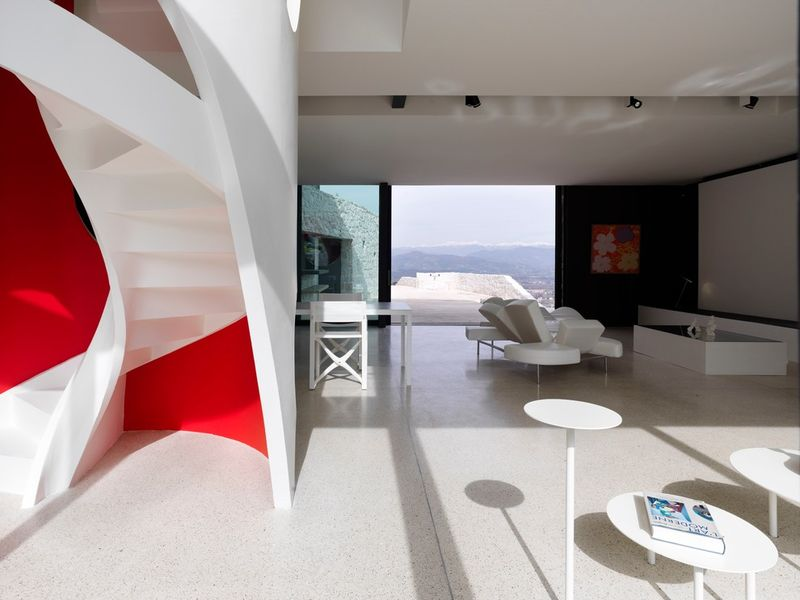 salon-séjour & escalier design - Casa Farfalla par Michel Boucquillon - Toscane, Italie