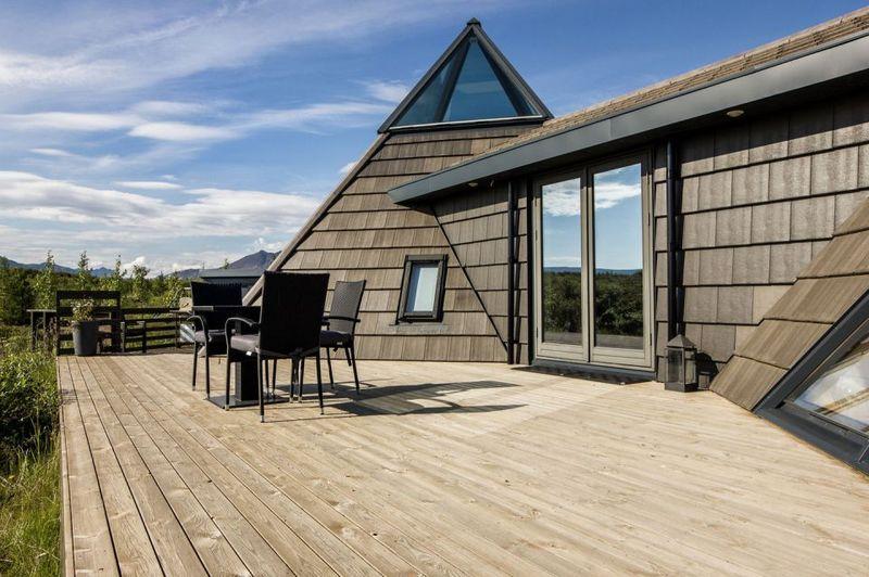 Superbe maison de vacances avec son toit en pyramide en Islande ...