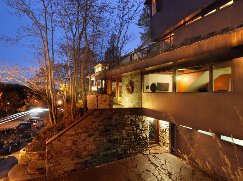 Façade illuminée - Ellis Park House par Altius Architecture - Toronto, Canada
