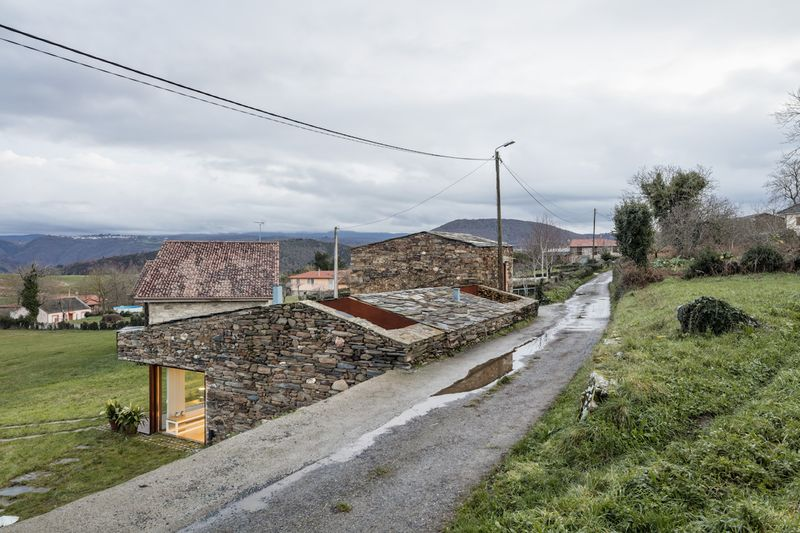 façade semi-enterrée côté route principale - House-Without-Windows par Cubus - Lugo, Espagne