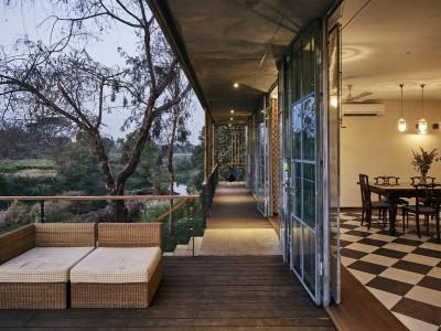 façade terrasse design et vue salle séjour - Riparian-House - Architecture Brio - Karjat, Inde