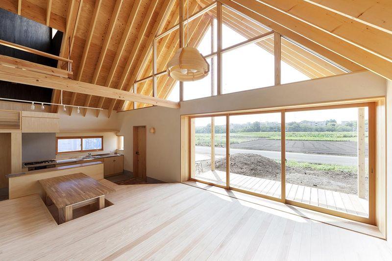 Maison bois japonaise et son toit favorisant la ventilation naturelle construire tendance - Grande baie vitree ...
