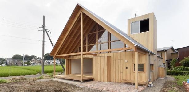 Maison bois japonaise et son toit favorisant la for Construction maison japonaise