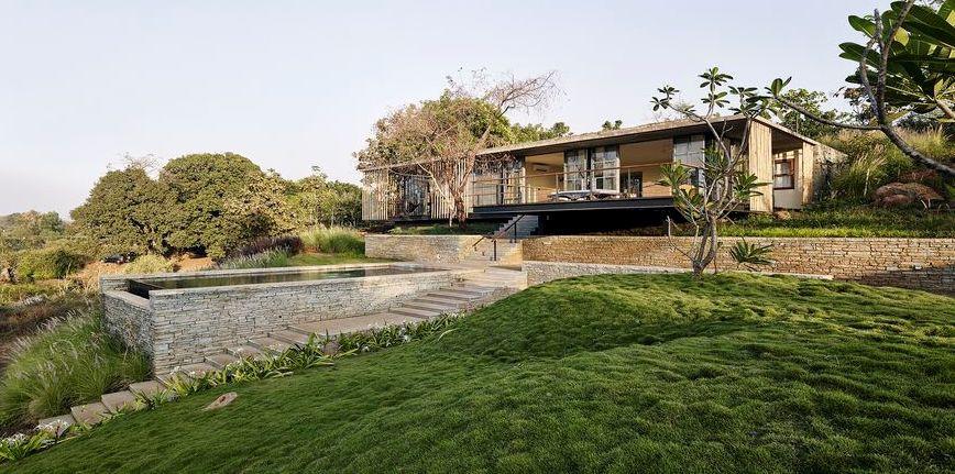 Splendide maison semi-enterrée en pierre avec toiture végétalisée
