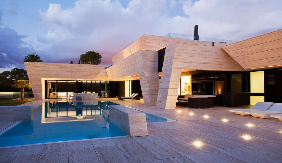 Architecture originale sur une maison moderne avec grande piscine en ...