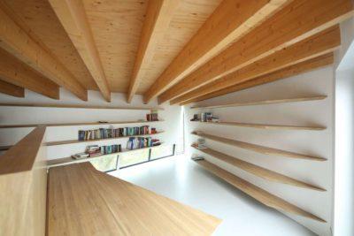 étagère et plafond bois - Twin-Blade par NIO Architecten - Amsterdam, Hollande