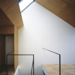 Balcon intérieur étage supérieur - Nest par Apollo-Architects - Nagoya, Japon