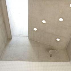 Entrée béton salle de bains - Rauchkuchl par VonMeierMohr Architekten - Schliersee, Allemagne