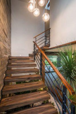 Escalier bois accès niveau supérieur  - Casa-Arbo par Maria Di Frenna Müller - Colima, Mexique