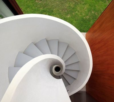 Escalier spiral menant à la terrasse toit - spiral-stairs-home par Jorge Marsino Prado - Pérou