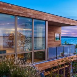 Façade étage vitrée & vue sur mer - wood-stone-house par Blaze Makoid - New York, USA