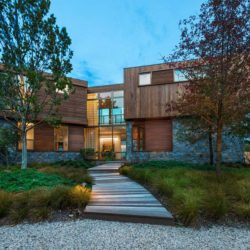 Façade jardin - wood-stone-house par Blaze Makoid - New York, USA