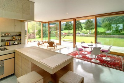 Pièce de vie & grande baie vitrée - Rauchkuchl par VonMeierMohr Architekten - Schliersee, Allemagne