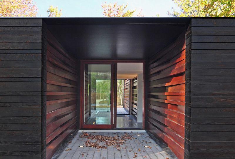 Maison bois contemporaine avec une texture sombre aux usa for Habillage bois interieur maison