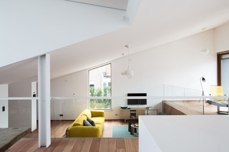 Salon & coin TV - wedge-shaped-house par Architectes Oyo, Belgique