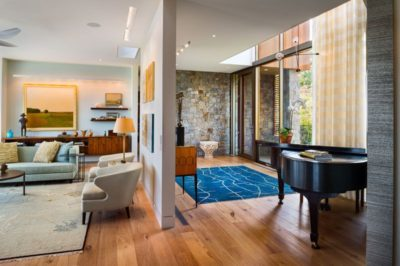 Salon & pièce piano - wood-stone-house par Blaze Makoid - New York, USA