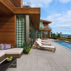 Terrasse salon design & piscine - wood-stone-house par Blaze Makoid - New York, USA