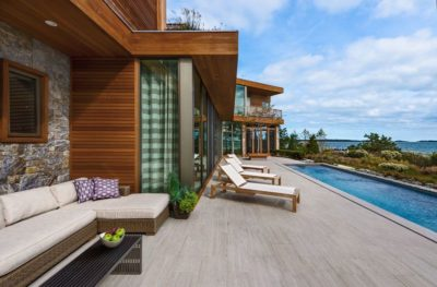 Terrasse salon design & piscine - wood-stone-house par Blaze Makoid - New York, USA