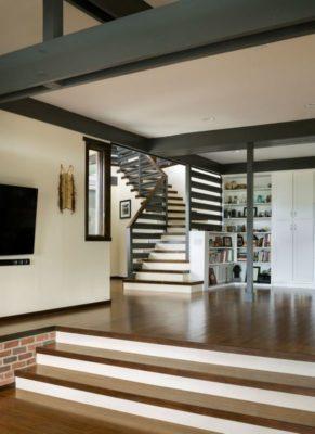 Bibliothèque & escalier accès étage - Lopez-House par Martin Fenlon - Los Angeles, USA