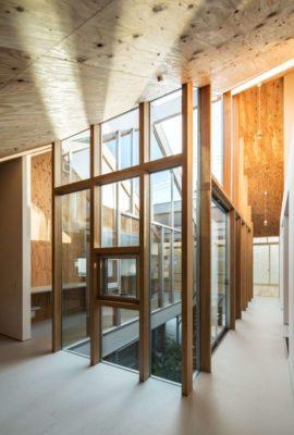 Couloir étage - Twin-House par Masahiro Miyake - Kochi, Japon
