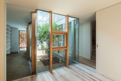 Couloir entrée & mini jardin intérieur - Twin-House par Masahiro Miyake - Kochi, Japon